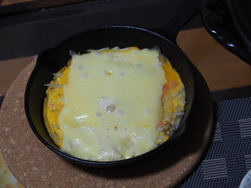 スキレット料理。もやしとチーズたまご