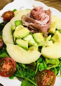 桃と生ハムアボカドのごちそうサラダ