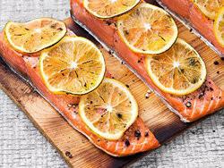 マイヤーレモンとサーモンの杉板焼き