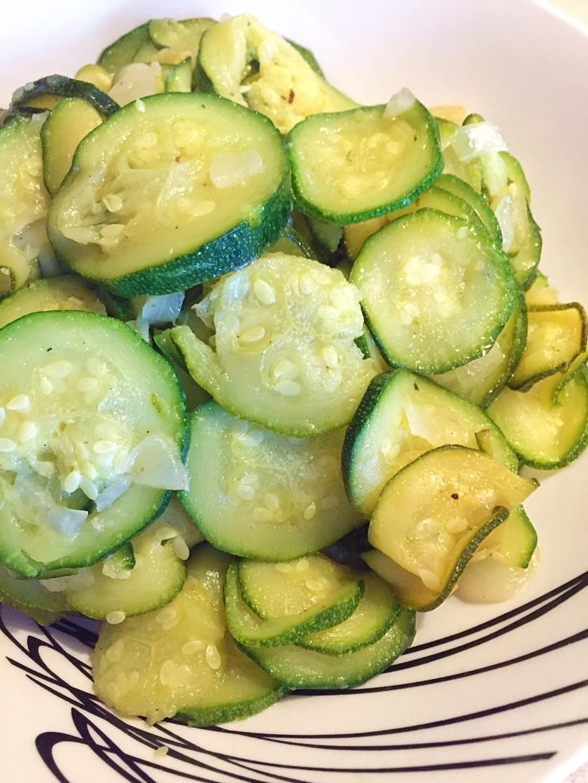ズッキーニと玉ねぎの野菜炒め
