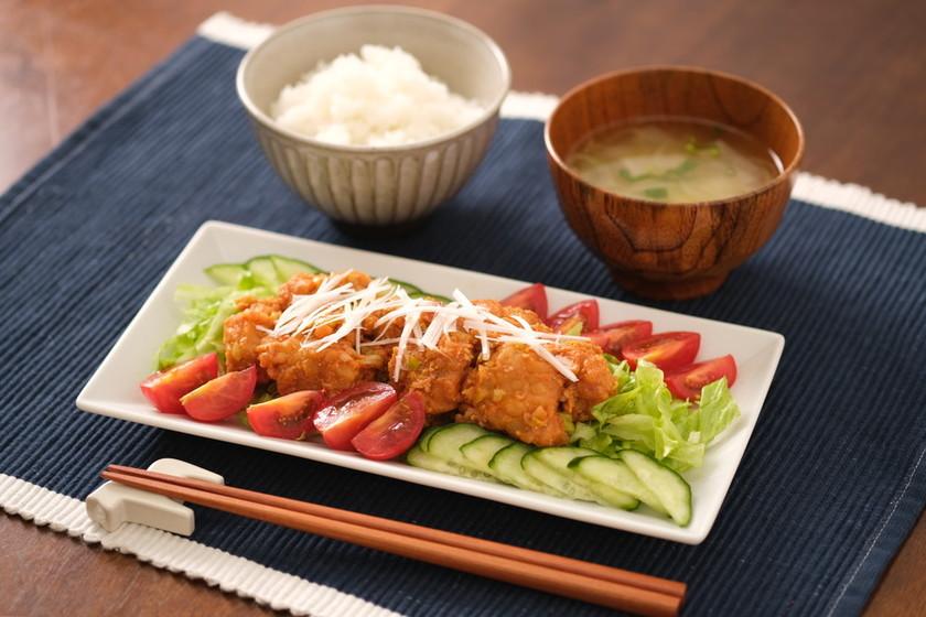 野菜たっぷり唐揚げのピリ辛サラダ