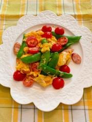 トマト、スナップえんどうと卵のマヨ焼きの写真
