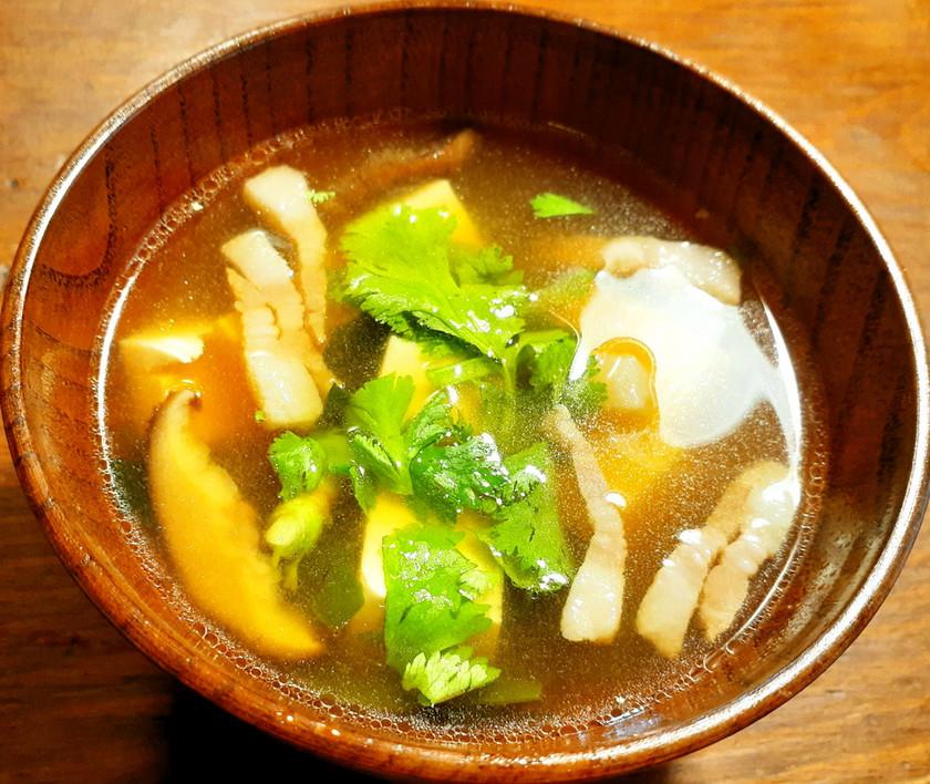 塩豚、干し椎茸、豆腐、パクチーのお味噌汁