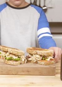 パプリカとアボカド入りチキンサンドイッチ