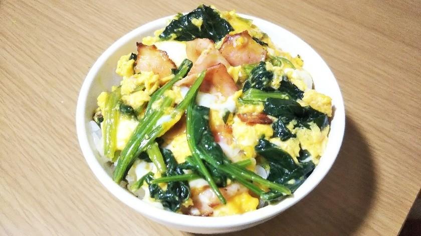 簡単ベーコンとほうれん草の卵とじ丼