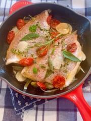 セミドライトマトと鯛のワイン煮の写真