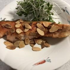 ぽん酢で美味しい鮭ムニエルアーモンド添え