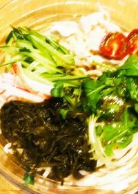 めかぶとサラダのうどん(流水麺)