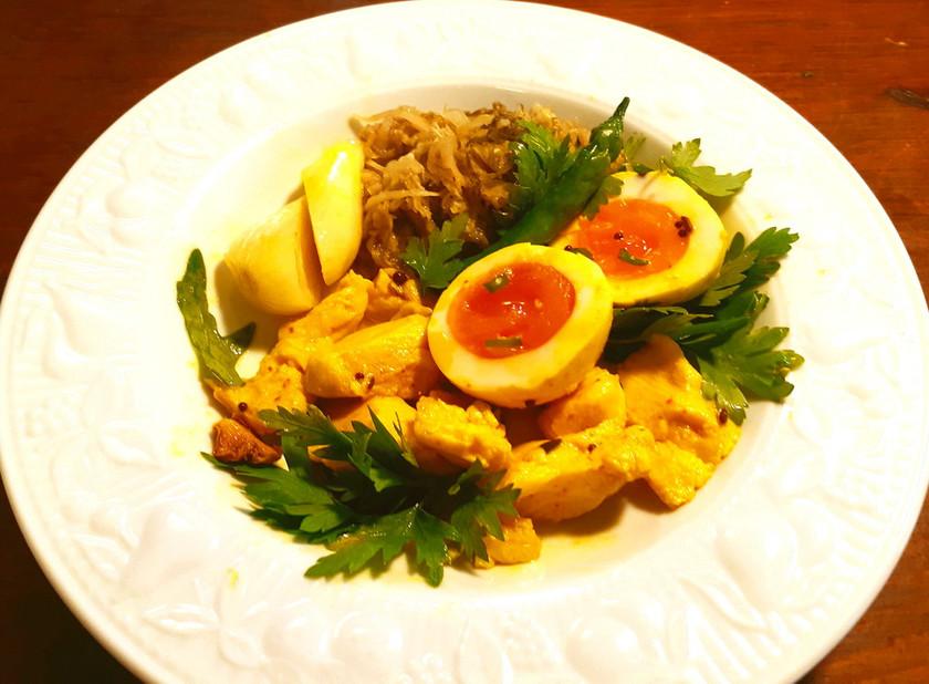 低温調理の鶏ささみと半熟玉子のアチャール