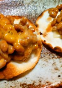 焼いた餃子の皮にチーズと納豆