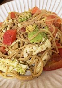 トマトとアボカドのバジルパスタ。