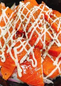 サーモンのガーリック漬けマヨ丼