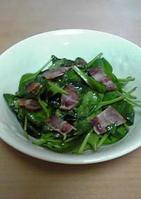 カリカリベーコンとホウレン草のサラダ