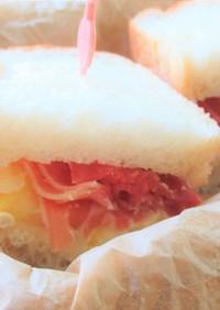 生ハムと白桃のクリームチーズサンド