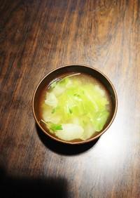 青菜とキャベツの味噌汁✿❀豆苗を散らして