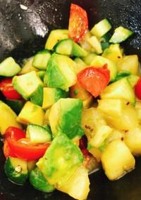キウイとアボカドとトマトのデリ風サラダ