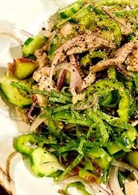 ルバーブ、きゅうり、豚肉のタイ風サラダ