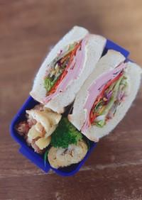 ハムとカラフル野菜のサンドイッチ弁当♪