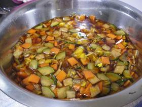 菊と野菜の酢醤油漬け