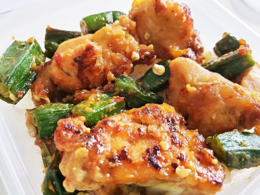 鶏もも肉とオクラのピリ辛味噌炒め