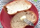 パンにバターを塗るのはフォークで♪
