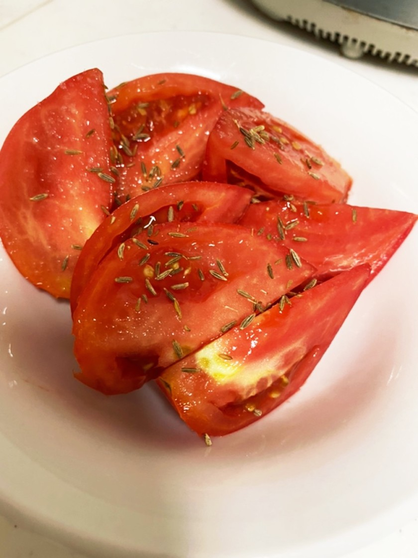 クミンシードと塩で食べるトマト