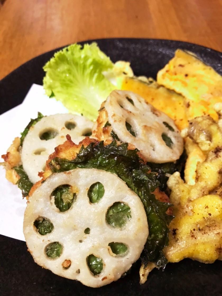 鶏ひき肉と蓮根の揚げたん〜季節の野菜添え