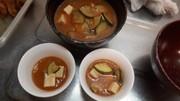 野菜ジュースの味噌スープの写真