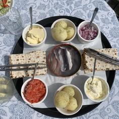 シュールストレミングの伝統的な食べ方