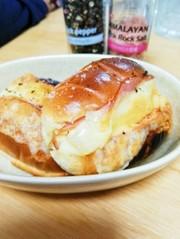 バターロールでハムポテト焼きチーズサンドの写真