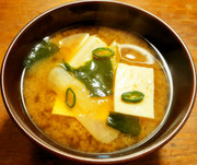 浜納豆入り 豆腐、葱、若芽のお味噌汁 の写真