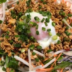 サラダに台湾ミンチと温玉は美味い