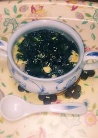 市販の卵スープにワカメと白ゴマON!