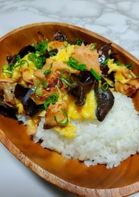 秋鮭とキクラゲのふわたま丼