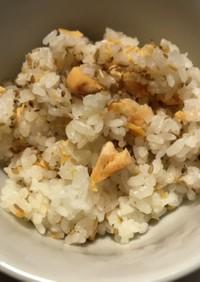 塩分控えめ焼き鮭と白ごまの混ぜご飯