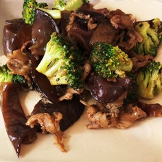 牛肉とブロッコリー黒きくらげの黒ごま炒め