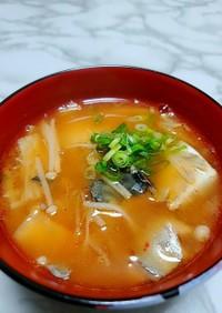 鯖缶とエノキのキムチ味噌汁