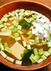 黄ニラ、若芽、豆腐、薄揚げのお味噌汁
