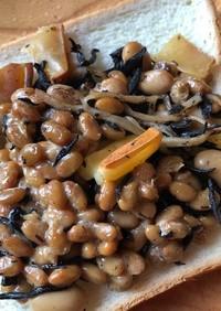 納豆とひじき、スモークチーズのトースト