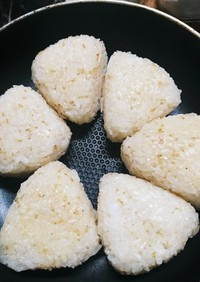 胡麻油香る塩むすびの焼きおにぎり