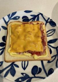 コンビーフハッシュのチーズトースト