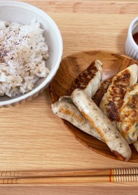 お昼ご飯(餃子とハーブソーセージ)