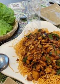 松の実と鶏肉の中華風レタス巻