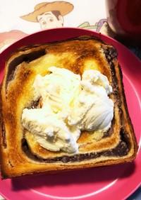 あんトーストのバニラアイス乗せ