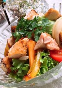 グリルチキンと季節の野菜のバゲットサラダ