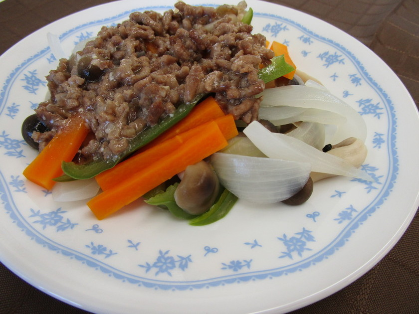 ゆで野菜の肉みそソース添え