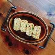お弁当にも★カニかまとニラの玉子焼きの写真