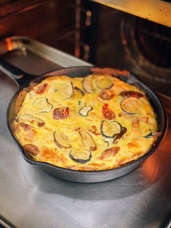 干し野菜のスキレットチーズオムレツ