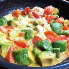 簡単◎アボカドトマトのバジルチーズ焼き