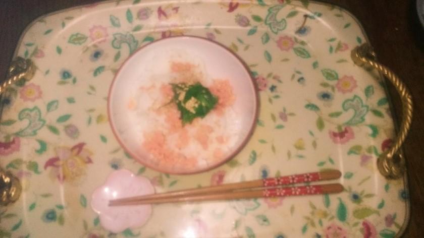 ご飯に鮭フレークと大葉と白ゴマon!